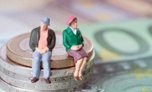 legea-care-extinde-categoriile-de-beneficiari-ai-reducerii-cu-doi-ani-a-varstei-standard-de-pensionare-s8857-1-300×182